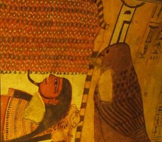 Nephthys als Raubvogel steht schützend am Kopf des Sarkophages Grab des Sennedjem (TT1), Deir el-Medinah Neues Reich, 19. Dynastie