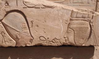 Der Gott Onuris hält dem Pharao ein lebensspendenes Ankh vor die Nase Elephantine, Neues Reich