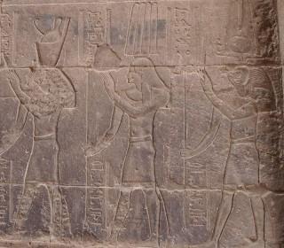 Onuris mit hoher Federkrone (Mitte) Tempel von Philae