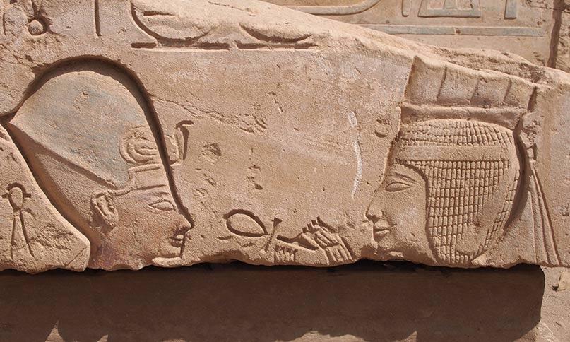 Der Gott Onuris (?) hält dem Pharao ein lebensspendenes Ankh vor die Nase Elephantine, Neues Reich