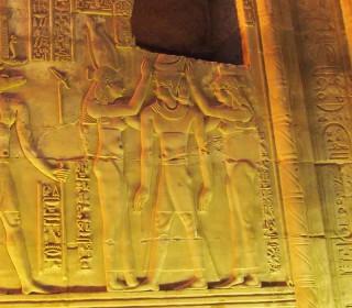 Die beiden Göttinnen Nechbet und Wadjet krönen den Pharao Tempel von Kom Ombo, Griechisch-römische Zeit