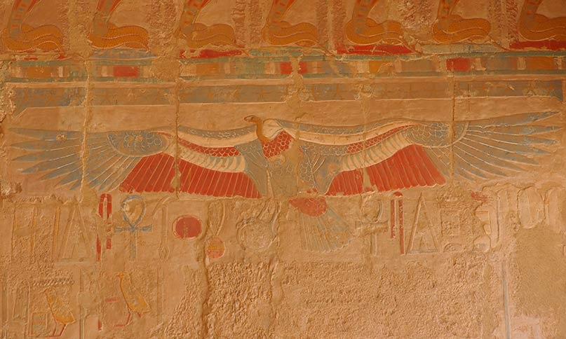 Die Göttin Wadjet mit dem Körper eines Geiers und dem Kopf einer Schlange Tempel von Deir el Bahari Neues Reich, 18. Dynastie