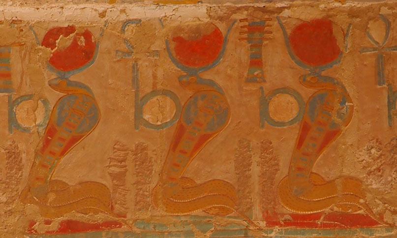 Die Göttin Wadjet mit dem schen-Ring (Ewigkeit), ankh (Leben) und djed-Pfeiler (Dauer) Tempel von Deir el Bahari Neues Reich, 18. Dynastie