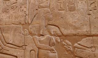 Die Göttin Mut mit Geierhaube und der Doppelten Krone Ober- und Unterägyptens (nicht im Bild) Luxor-Tempel Neues Reich, 19. Dynastie