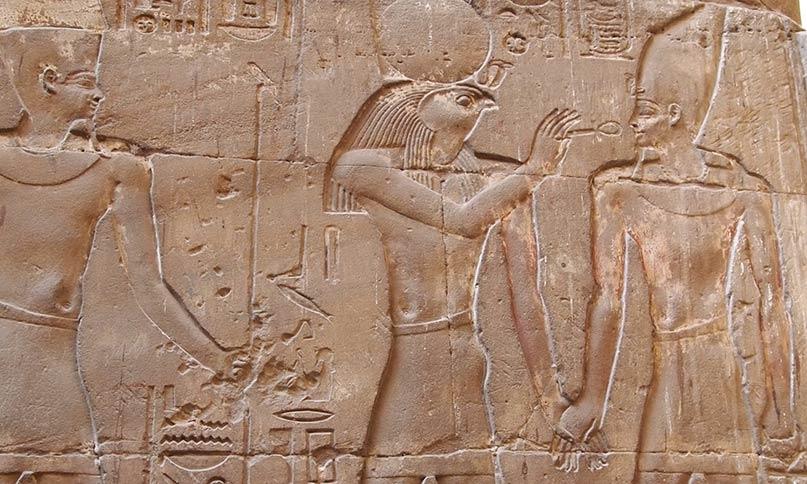 Month führt den Pharao vor Amun-Re, der ihn in seiner Bedeutung abgelöst hat Tempel von Luxor