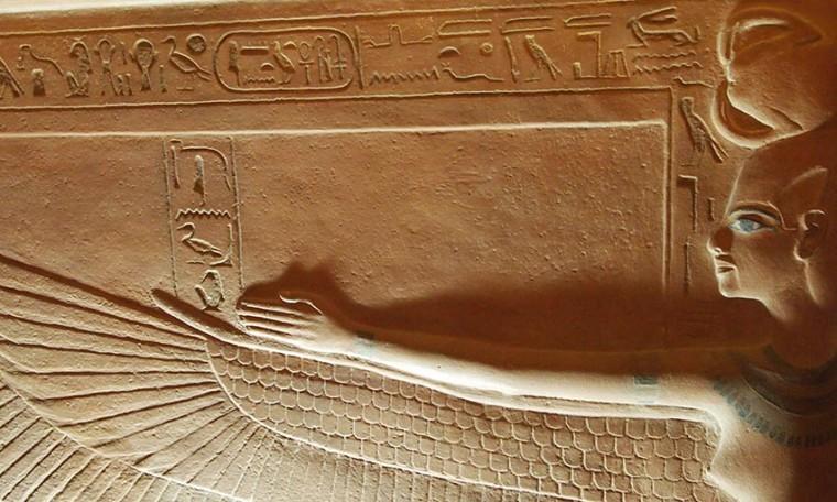 Die Göttin Selket bewacht mit ausgebreiteten Flügeln den Sarkophag von Tutanchamun Faksimile von Tutanchamuns Grab