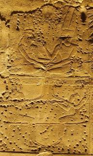 Selket (links) und Neith erheben den Gott Amun und die Königsmutter Mutemwia, die sich für die Zeugung des göttlichen Herrschers Amenophis III. vereinenTempel von Luxor, Neues Reich, 18. Dynastie