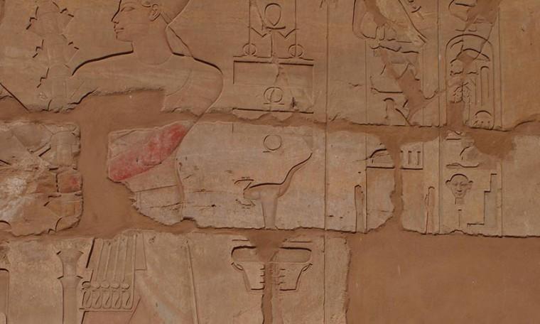 Der Selket-Skorpion als Schutzsymbol neben dem Pharao Thutmosis IV.Tempel von Karnak, Neues Reich, 18. Dynastie